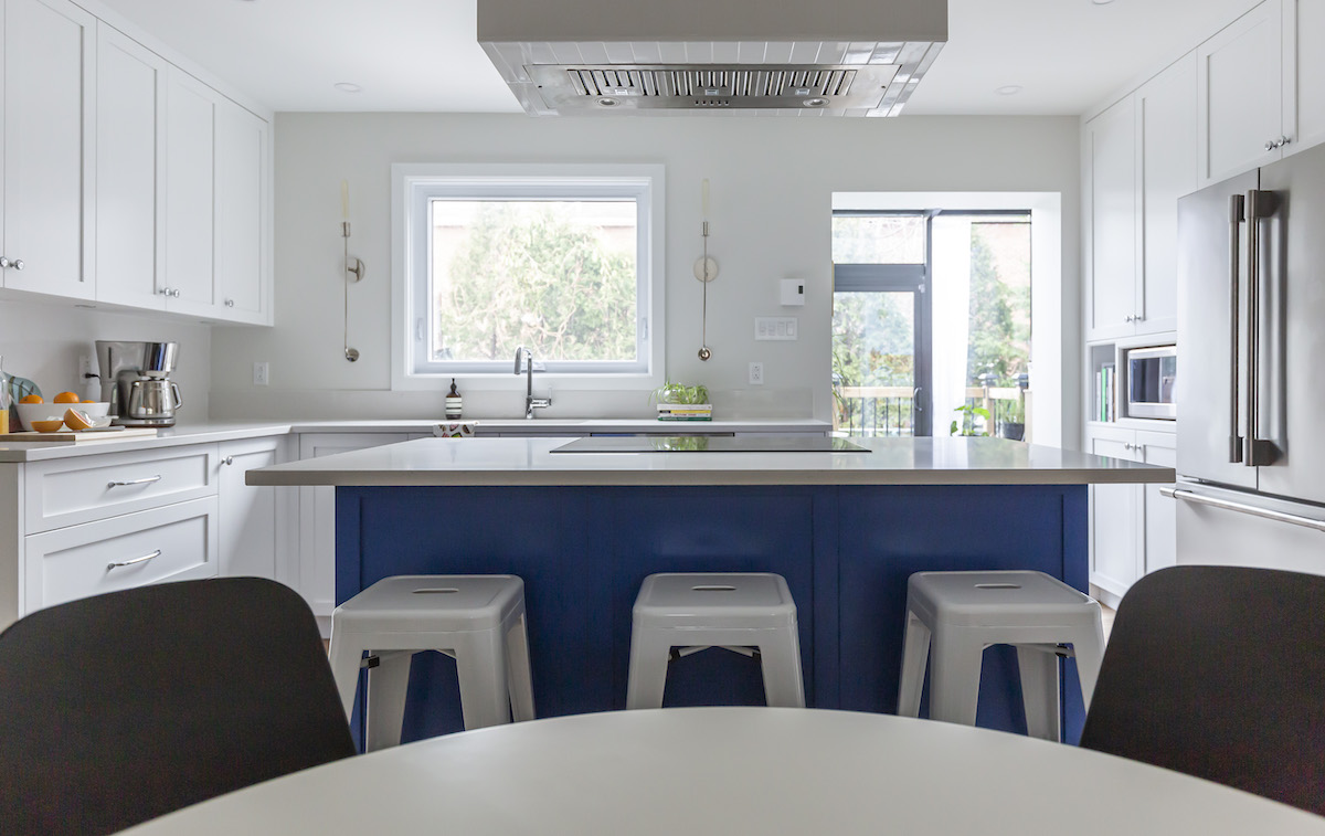 hb-design-inc-montreal-ca-blue-island-with-cooktop-3