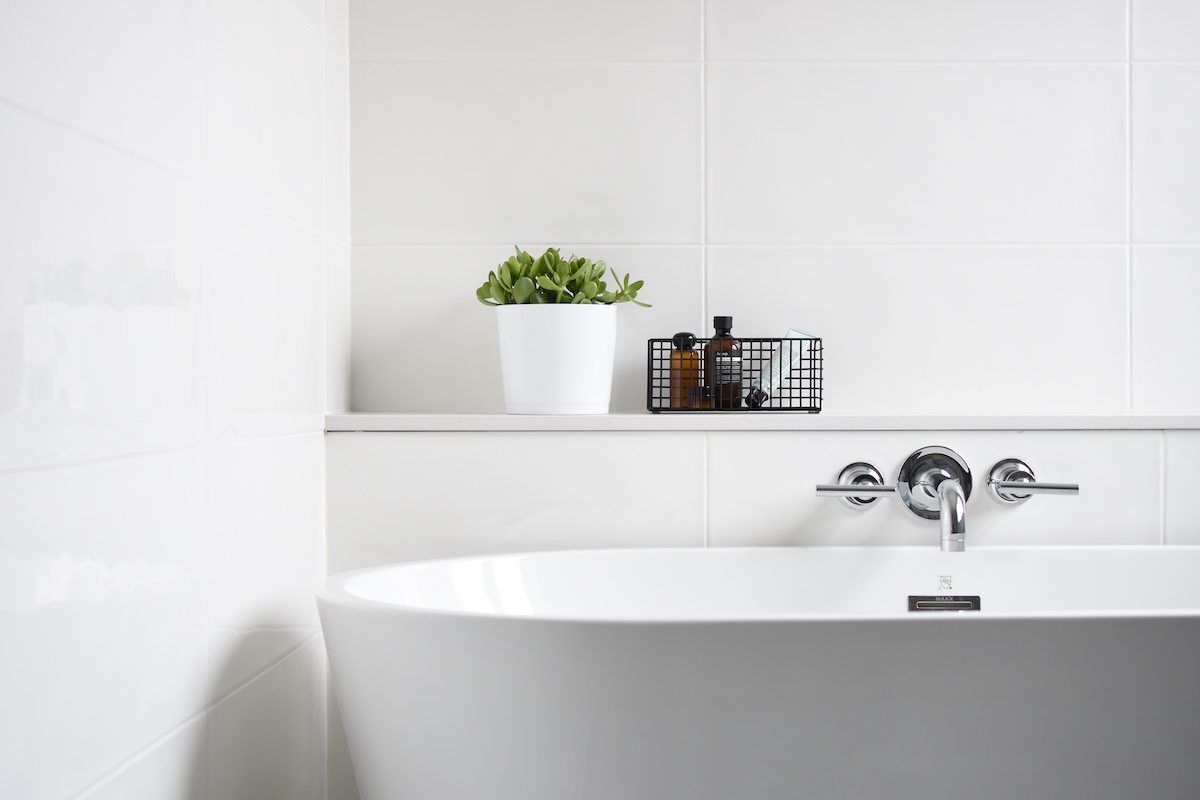 montreal-ca-freestanding-tub-with-ledge-3