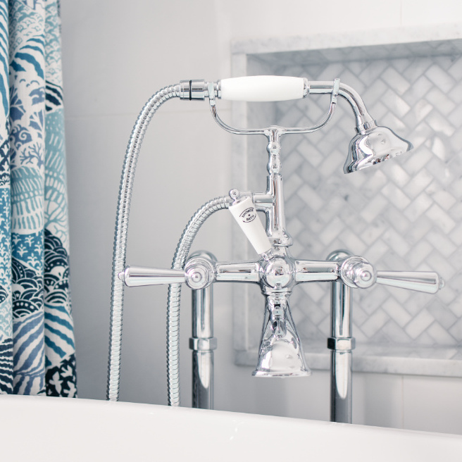 bath-tub-stainless-hardware-shower-head-west-island-beaconsfield-ca